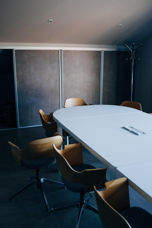 Korona keinuttaa koko työyhteisöä – miten esimies voi luoda vakautta?
